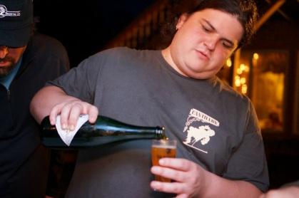 Zack pouring Geuze Von't Kasteel